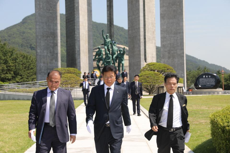 충혼탑 참배를 위해 걷고 있다.